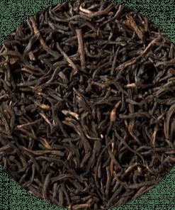 Zwarte thee Rwanda. Onze kwaliteit heeft een lang, stug, midden-bruin blad en de smaak is licht kruidig met een aangename citrustoets. De fel glanzende kop geeft een kruidig fris aroma vrij. Deze biologische thee is verpakt per 100 gram.