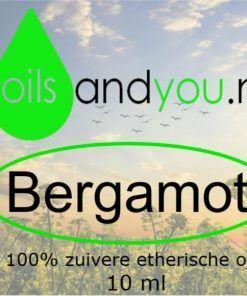 De bergamot etherische olie werd voornamelijk ontwikkeld om zijn aangename geur. Al sinds de achttiende eeuw wordt het in parfums gebruikt. De etherische olie van Bergamot is groen van kleur en heeft een citrusachtige, zoete aroma met daarbij ook een vliegje bloemengeur. Verpakt per 10 ml