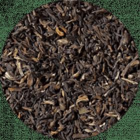 Een milde en zeer aromatische bladthee met een opvallend, middelgroot goed bewerkt blad met veel tips. Een thee van topkwaliteit, zacht en aromatisch en met een lichte, rokerige zoetheid.