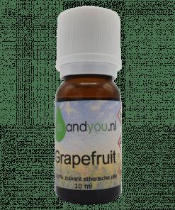 Grapefruit olie kun je verwerken in een olie tegen cellulitis, deze is olie reinigend en ontgiftend. In de olie zit alkaloïde, goed voor de spijsvertering. Verpakt per 10 ml